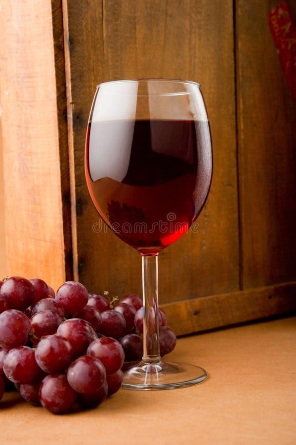 Glas Rode Wijn met Druiven royalty-vrije stock foto's