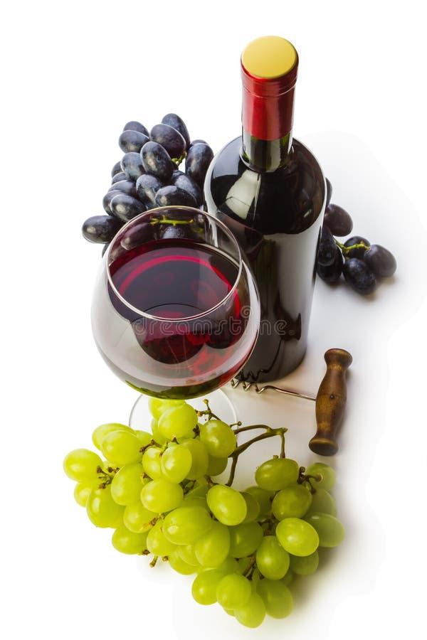 Glas rode wijn met fles en druiven royalty-vrije stock foto's