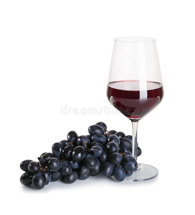 Glas rode wijn met rijpe druiven op witte achtergrond royalty-vrije stock afbeeldingen
