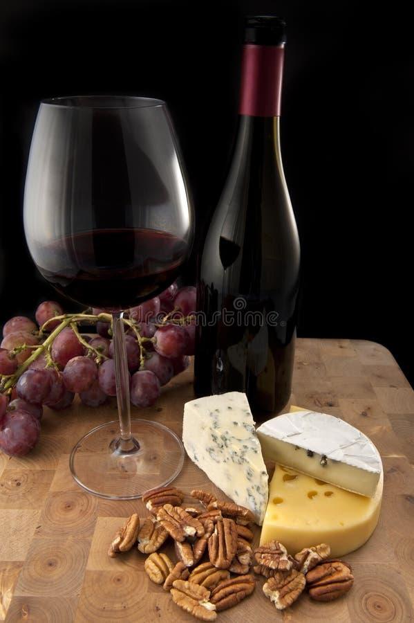 Glas rode wijn met voedsel royalty-vrije stock afbeeldingen