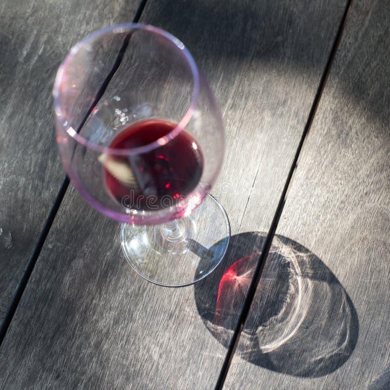 Glas rode wijn op houten achtergrond stock afbeelding