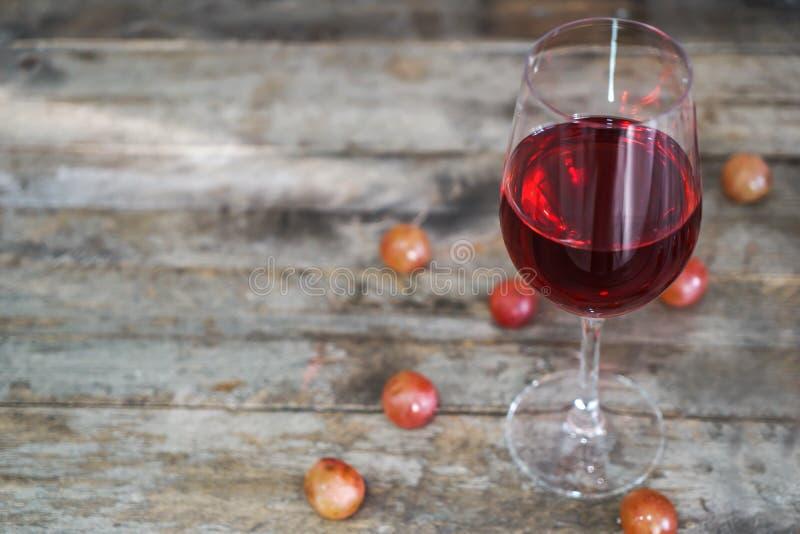 Glas rode wijn op houten lijst Hoogste mening stock afbeeldingen