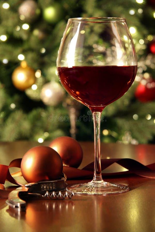 Glas rode wijn op lijst royalty-vrije stock afbeelding