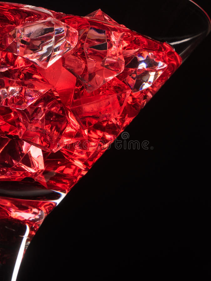 Glas rood sap op zwarte stock afbeelding