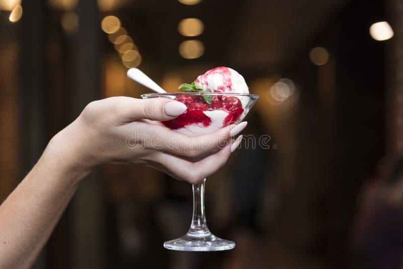 Glas roomijs met fruit royalty-vrije stock fotografie