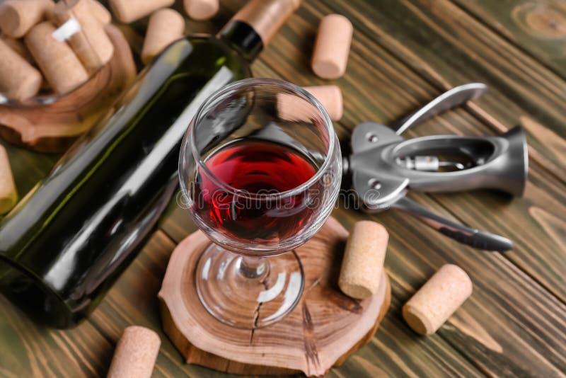 Glas Rotwein auf hölzernem Stand stockbild
