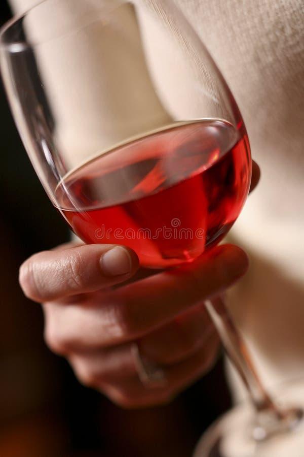 Glas Rotwein in der Hand stockfoto