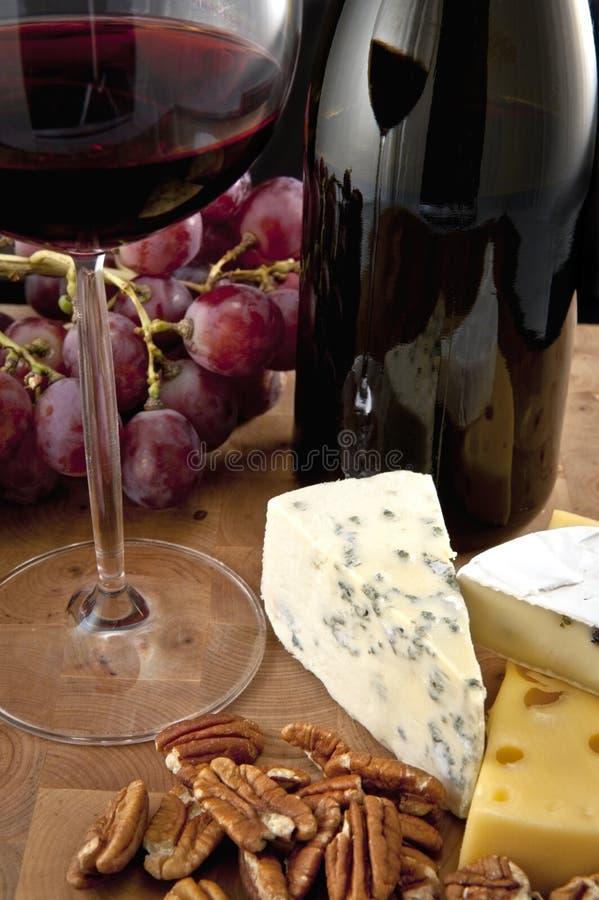 Glas Rotwein mit Nahrung stockbilder