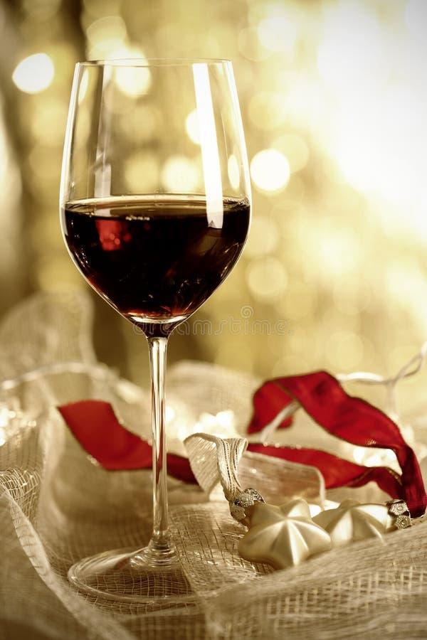 Glas Rotwein-und Weihnachtsverzierungen stockfotos