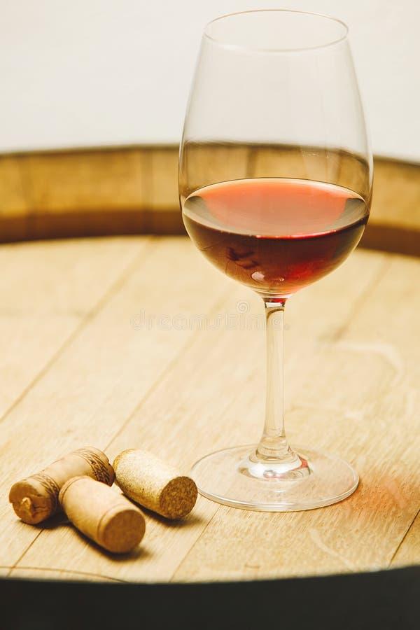 Glas Rum auf Stoppern des hölzernen Fasses und einer Flasche, stockbild