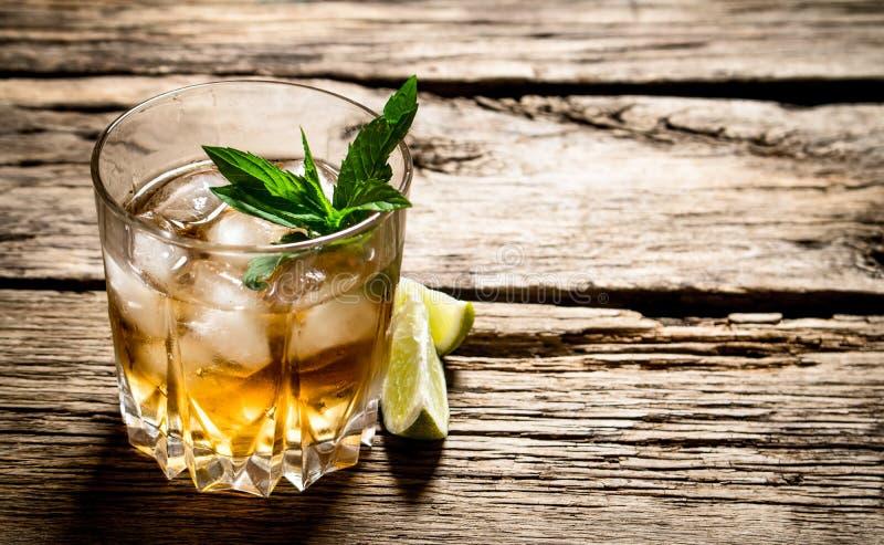 Glas rum met ijs, kalk en munt royalty-vrije stock foto