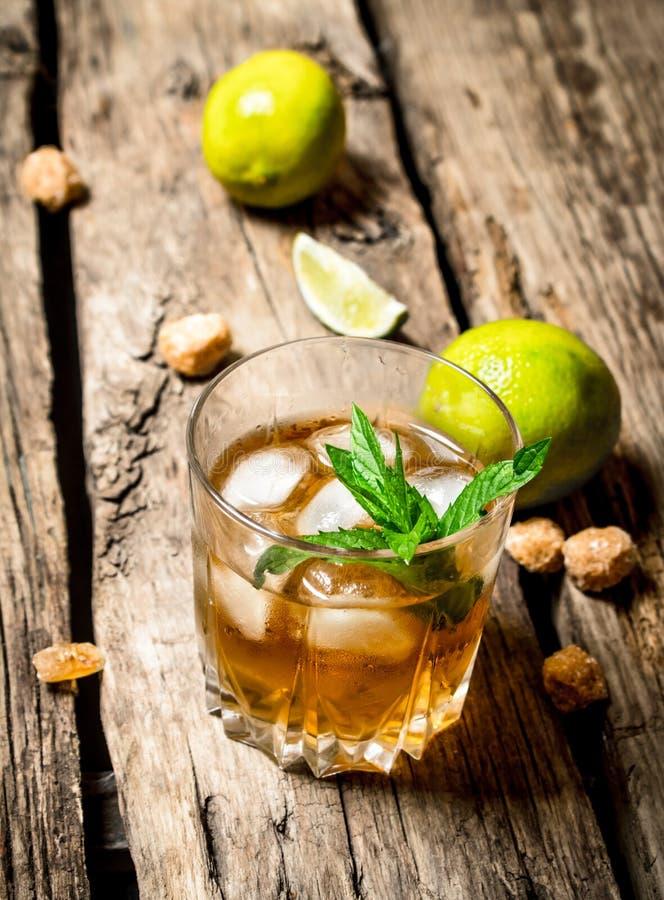 Glas rum met ijs, kalk en munt royalty-vrije stock afbeeldingen
