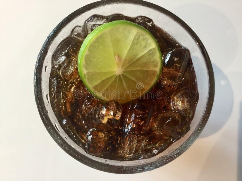 Glas Rum und Koks mit Eis stockfoto
