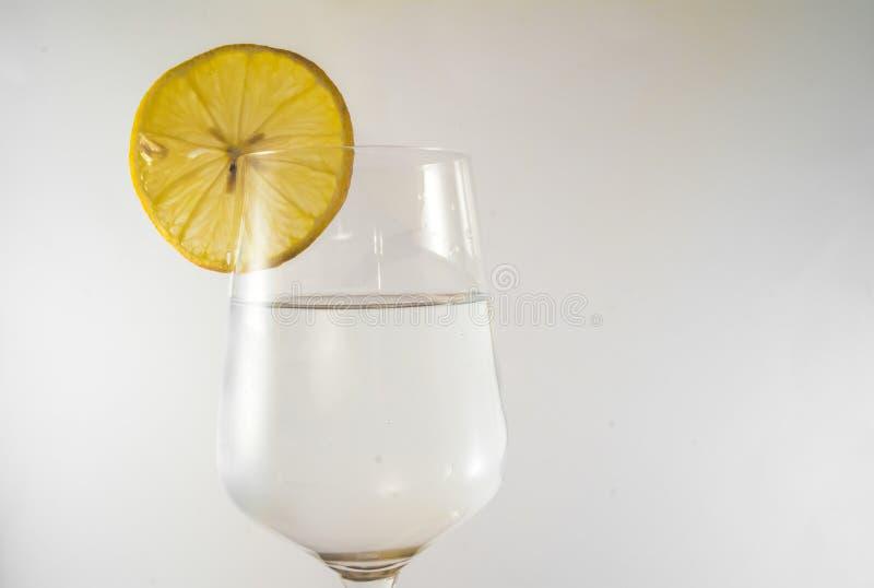 Glas Süßwasser mit Zitrone lizenzfreie stockbilder