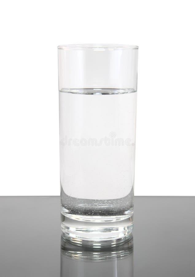 Glas schoon water op witte grijze achtergrond. stock afbeeldingen