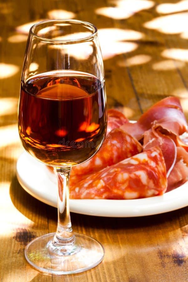 Glas Sherry mit einem Snack auf Holztisch lizenzfreies stockbild