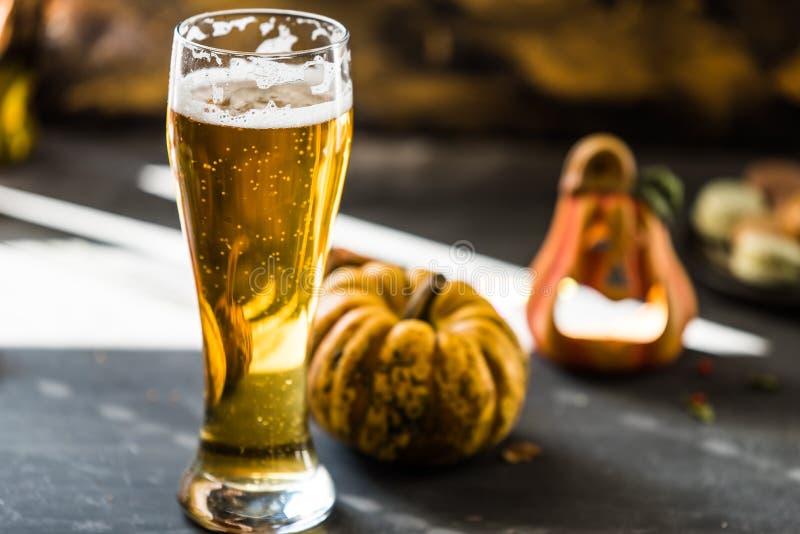 Glas smakelijk, gouden bier in oktober stock foto's