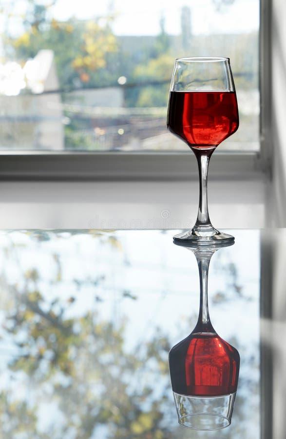 Glas smakelijke wijn op lijst royalty-vrije stock afbeeldingen