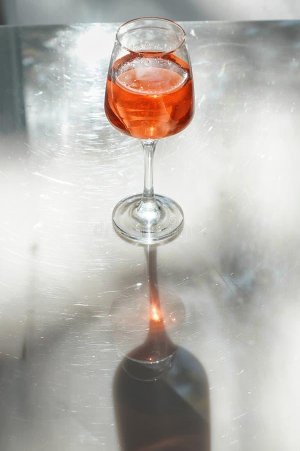 Glas smakelijke wijn op lijst stock foto's