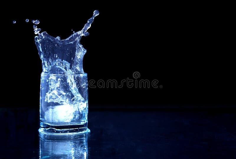 Glas Spritzwasser stockbild