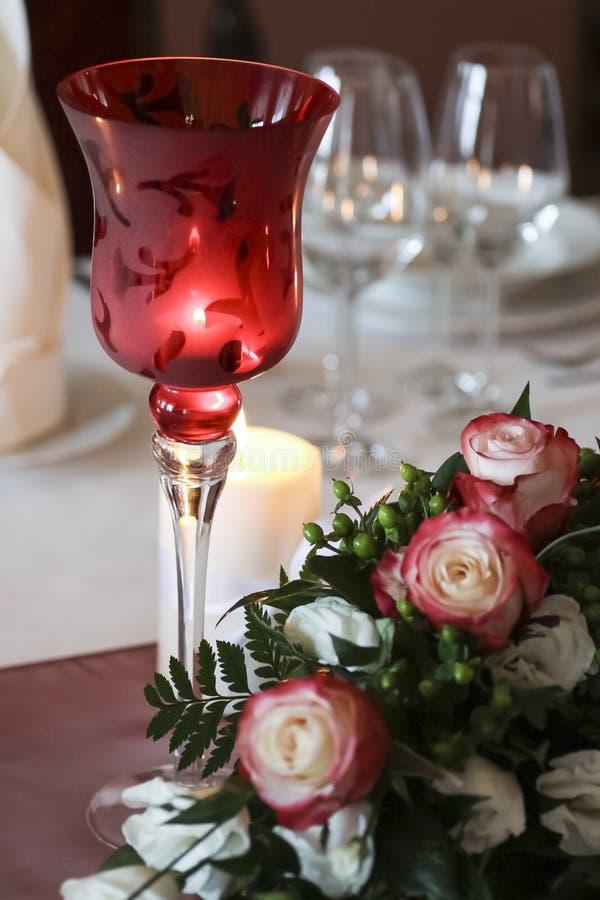 Glas, suikergoed en bloemen stock afbeelding