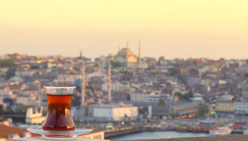 Glas türkischer Tee vor dem hintergrund der Mitte von Istanbul und von Bosporus lizenzfreie stockfotografie