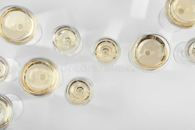 Glas teures Weißwein auf hellem Hintergrund lizenzfreie stockfotos