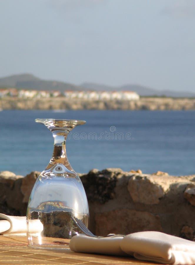 Glas am Tisch in Curaçao lizenzfreie stockfotos