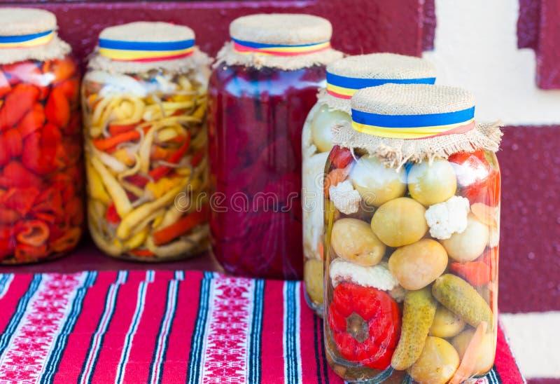 Glas traditionelle Essiggurken lizenzfreie stockbilder