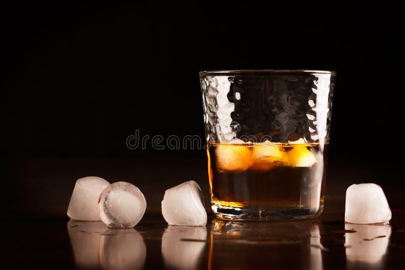 Glas traditioneller Whisky lizenzfreie stockfotografie
