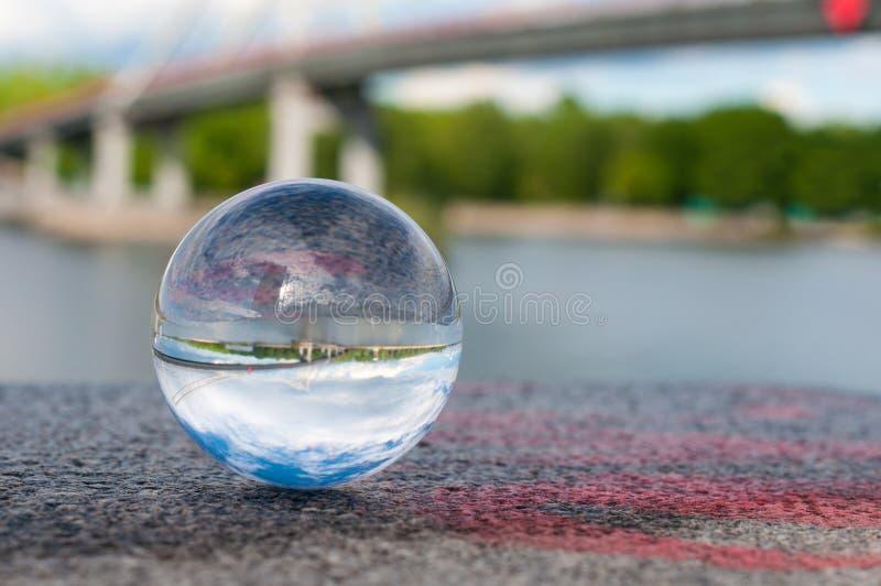 Glas transparante bal op brugachtergrond en stock foto's