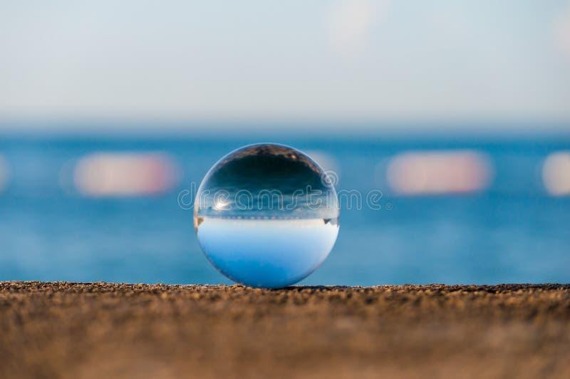 Glas transparante bal op overzeese achtergrond en royalty-vrije stock afbeeldingen