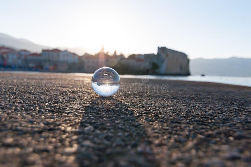 Glas transparante bal op overzeese achtergrond en royalty-vrije stock fotografie