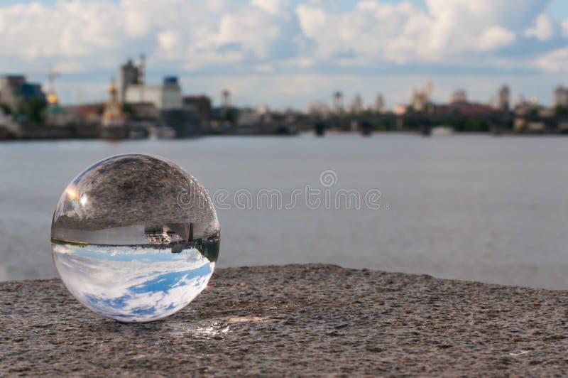 Glas transparante bal op stadsachtergrond en stock foto