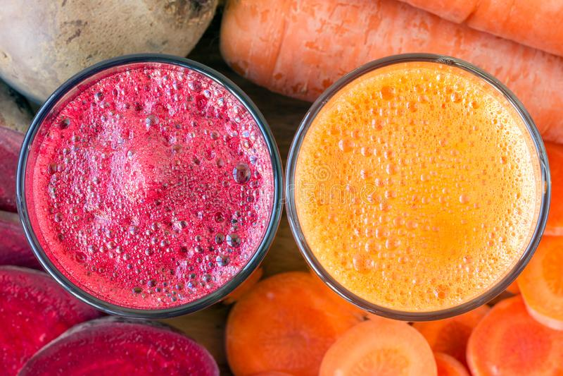 Glas twee vers biet en wortelsap, bieten en wortelen plantaardige, hoogste mening royalty-vrije stock afbeelding