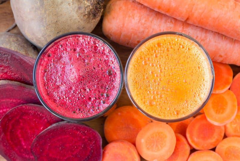 Glas twee vers biet en wortelsap, bieten en wortelen plantaardige, hoogste mening stock fotografie