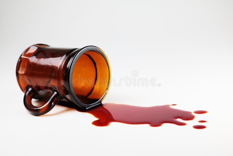 Glas und Blut mit weißem Hintergrund stockfoto