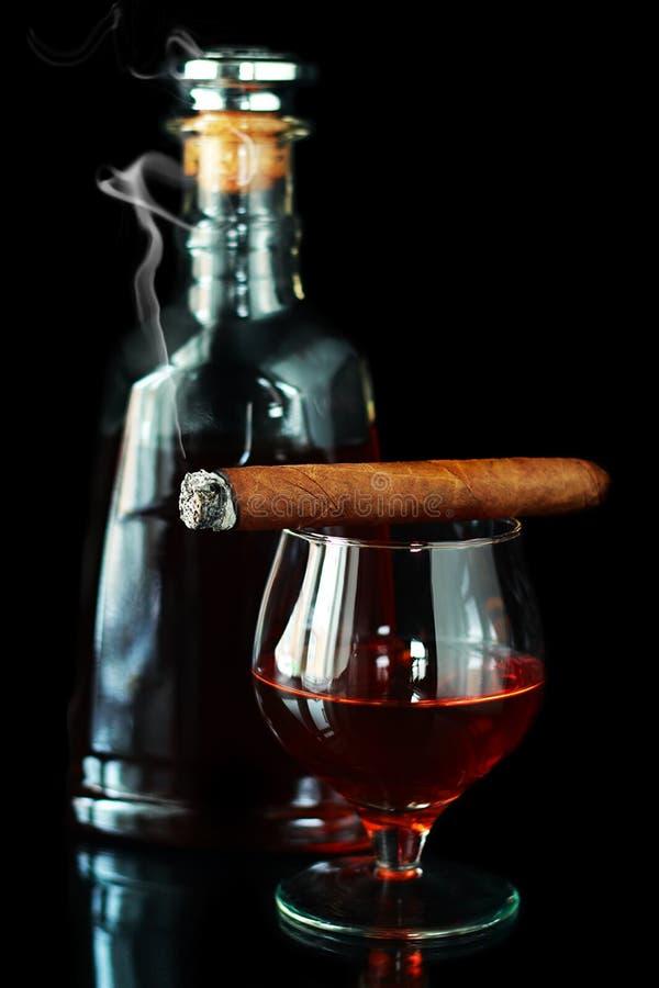 Glas und Flasche mit Kognak lizenzfreies stockfoto