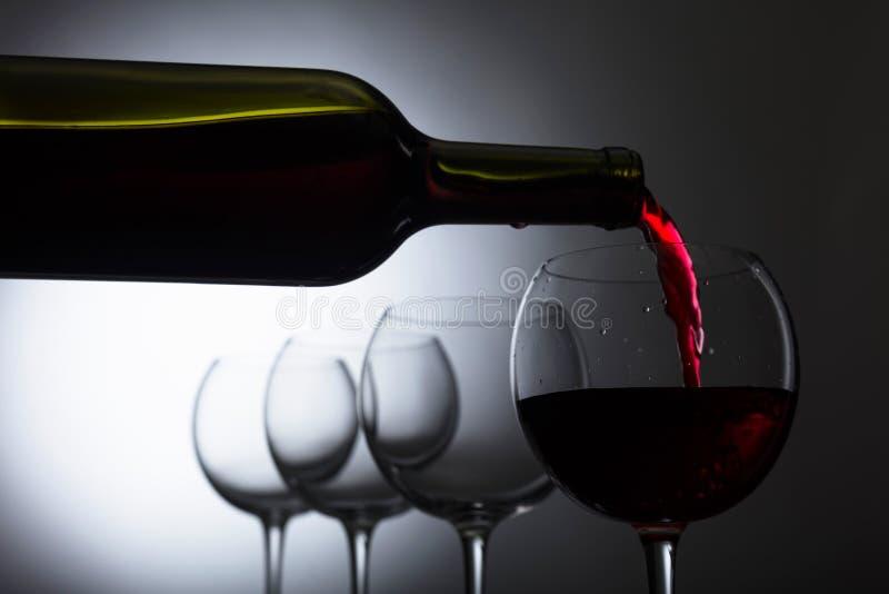 Glas und Flasche Rotwein stockfotos