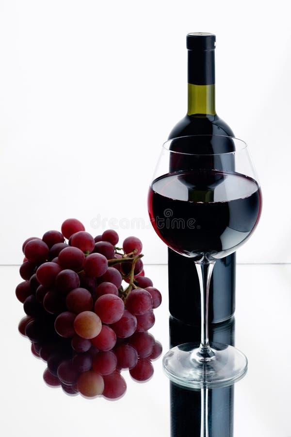 Glas und Flasche Rotwein. stockfotografie