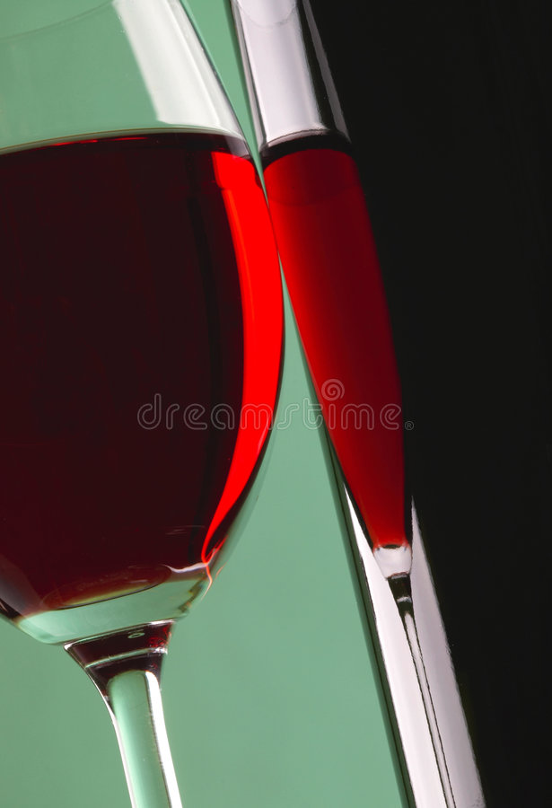 Glas und Flasche Rotwein lizenzfreie stockfotos