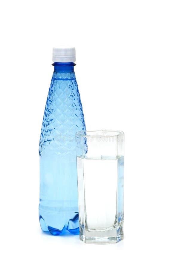 Glas und Flasche Wasser getrennt lizenzfreies stockfoto
