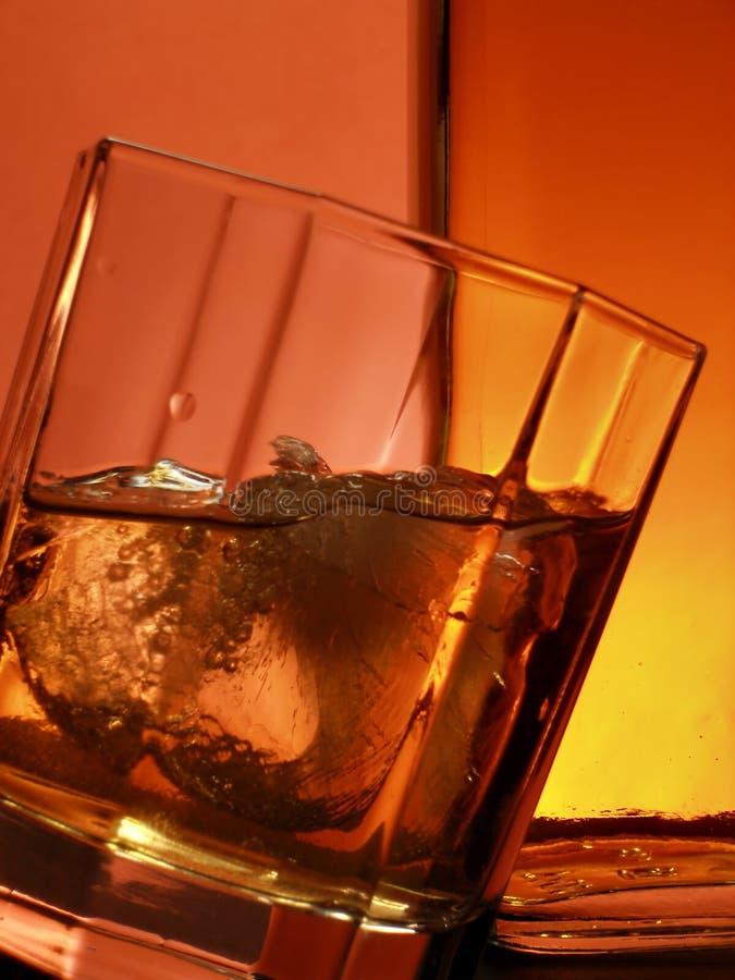 Glas und Flasche Whisky lizenzfreie stockfotos