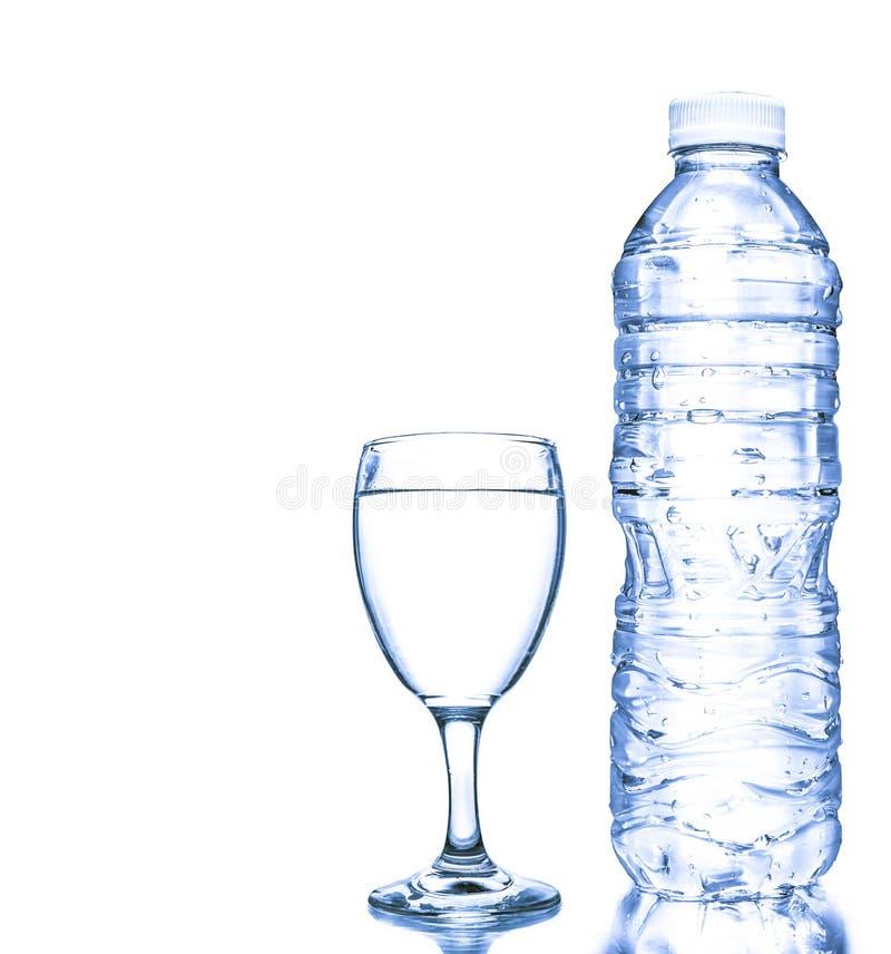 Glas und Flaschen des blauen Wassers lokalisiert auf weißem Hintergrund stockbild
