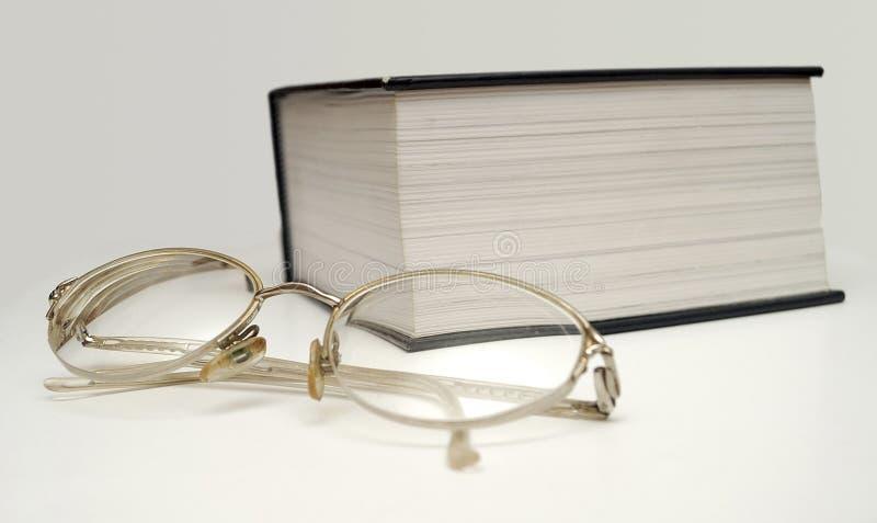 GLAS UND GROSSES BUCH II stockfotografie