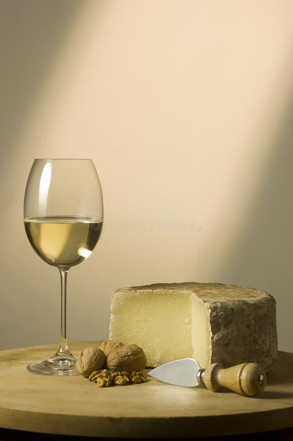Glas und Käse des weißen Weins stockfoto