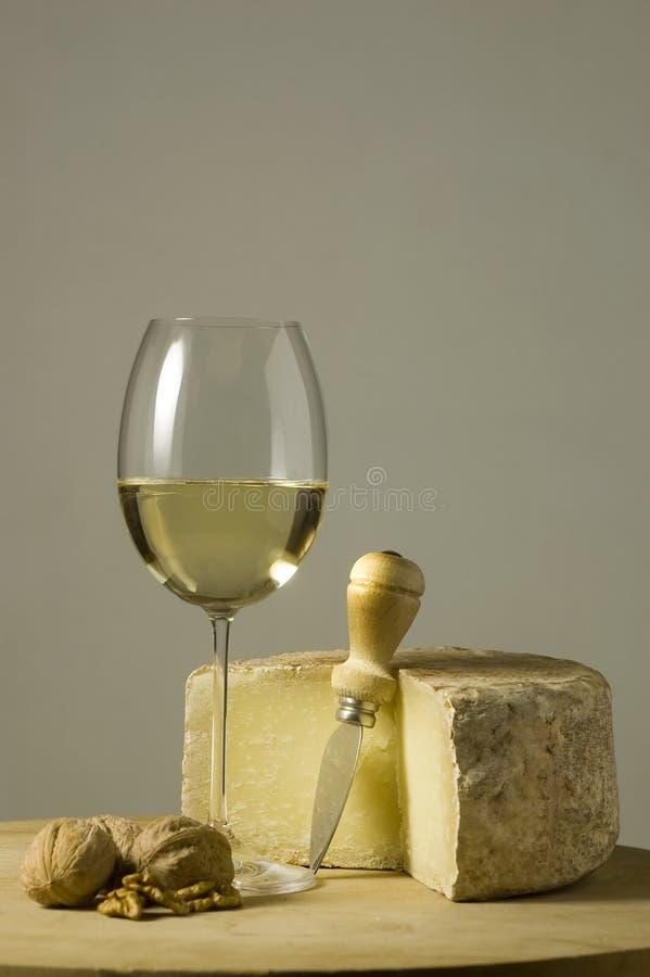 Glas und Käse des weißen Weins lizenzfreie stockbilder