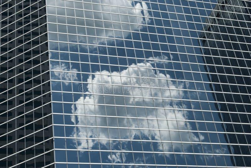 Glas- und modernes Architekturstahlmuster mit Reflexion der Wolke auf der Wand Schatten des Blaus Zellen, geometrischer Entwurf lizenzfreies stockbild