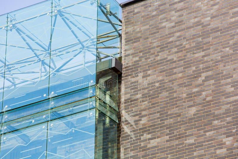 Glas und Ziegelsteinmusterabschluß oben Modernes Architekturkonzept lizenzfreies stockbild