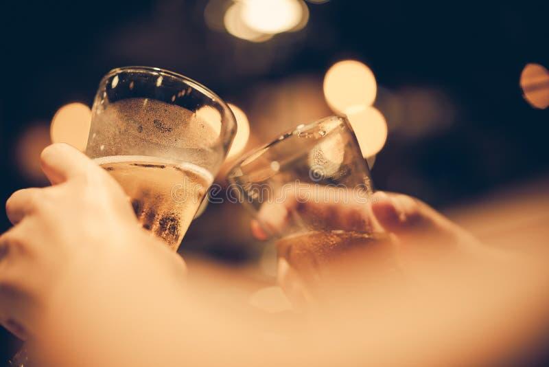 Glas Unterseiten des kalten Bieres oben mit schönem bokeh, Freunde trinken Bier zusammen stockbilder